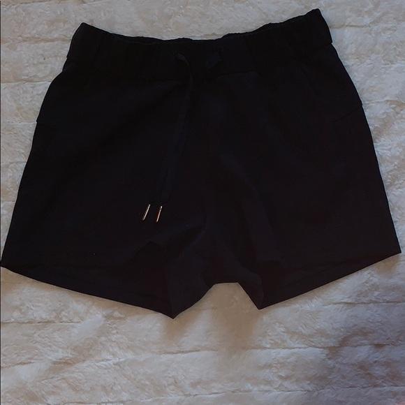 Lululemon stroll at sundown black shorts